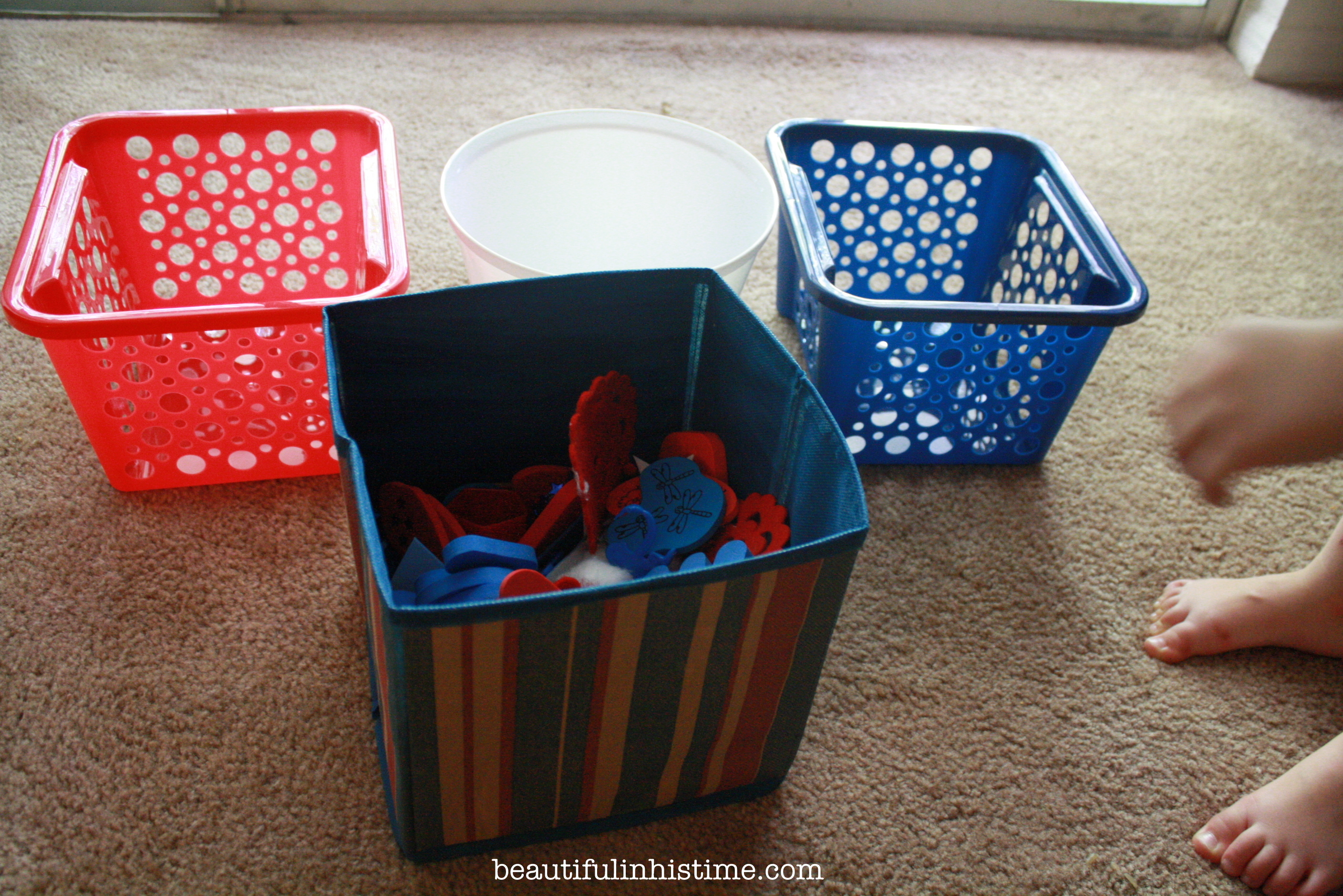#patriotic 4th of July sensory bin and color sorting activity @beautifulinhistime.com #sensorybin #preschool #homeschool